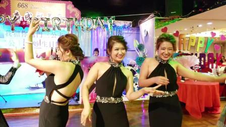 街头艺人芯依和宇飞激情演唱《舞女》, 过生日有好多红包拿啊