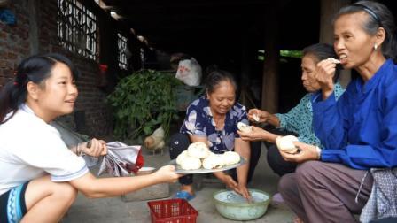 清香姐做了一大锅包子, 秋子送给邻居们一大盘, 个个都夸太好吃了