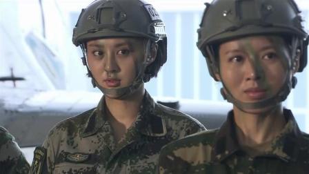 大门一打开,特种女兵看到直升机高兴坏了,冲上去抱着直升机!