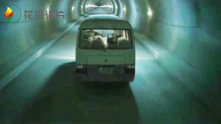 面包车经过隧道, 却永远走不出去, 车上的人一个