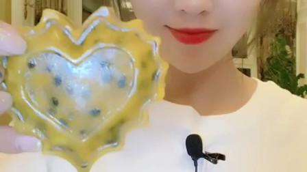 吃冰小姐姐直播吃百香果心形月饼, 网友: 明年中秋就吃这个了!