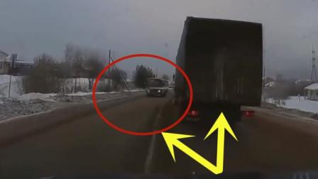 视频车主正准备超车, 突然冲出一辆大客车, 下一秒悲剧发生了
