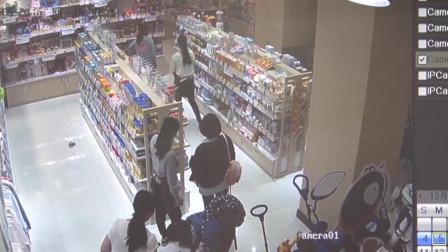 深圳女子抱孩子母婴店偷奶粉藏裙里 一小时偷6罐被监控拍下全程