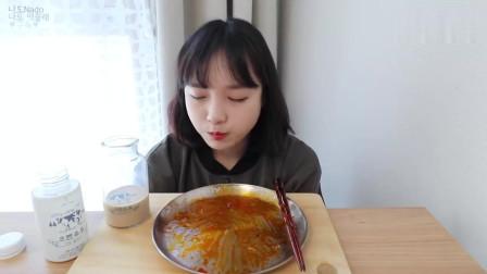 韩国吃播小姐姐, 吃辣炒年糕条五花肉和火鸡面, 真是好吃啊