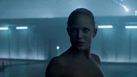 机器人版圣女贞德, 美女机械人不堪忍受boss凌辱, 装聋作哑, 带领机械人最终实现反!
