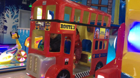 游戏厅坐宝宝巴士公交车 北美玩具视频