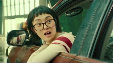 美女漂移停车,男子夸赞她的车技好,美女却问:哪个是刹车呀