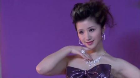 女明星为珠宝拍摄广告,老总坐在旁边盯着她看,直夸不错另有想法
