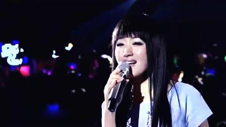 杨钰莹现场献唱, 来了一位比毛宁还轰动的男人, 台下歌迷欢呼不断