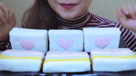 行旅天下 小姐姐吃美味的棉花糖年糕,软糯香甜还带棉花糖,网友:馋得流口水
