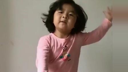 """小萝莉跟风跳""""嘟啦嘟啦""""舞, 眼前的一幕, 她是"""