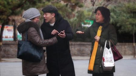 """""""妈妈只有一个! """"当小伙街头嫌弃母亲不会玩手机, 有路人这样说"""