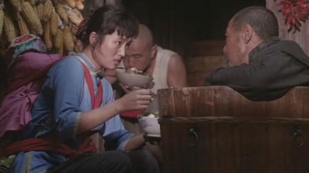 菊豆: 姨太太在瘫地主面前和长工传情, 地主情绪波动, 举动不明智!