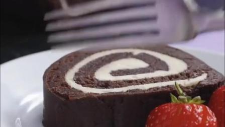 香味浓郁的黑巧克力蛋糕卷, 下午茶时的优质甜点