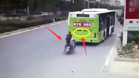 男子骑摩托车在三人, 结果司机致命的操作, 下一秒就悲剧了!