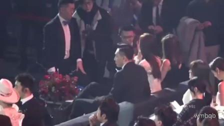 刘烨去参加微博之夜, 居然自己带了瓜子, 在那嗑瓜子, 太可爱了