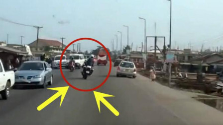 小伙骑摩托车歪歪扭扭, 记录仪拍下这惊险的画面