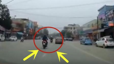 摩托车男子堵在轿车面前不让前进, 下一秒画面不忍直视