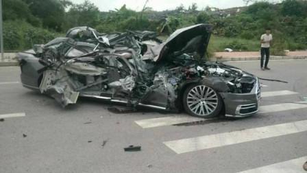 奥迪A8L试驾车撞上铲车, 瞬间报废