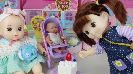 咪露给了芭比娃娃一个小蛋糕, 上面还插着一根蜡烛呢