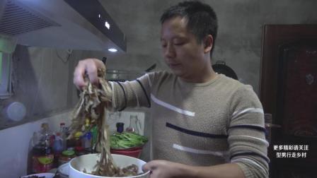 除了烫火锅, 毛肚这样吃更过瘾, 搭配鸭血火腿肠, 型男又做了硬菜