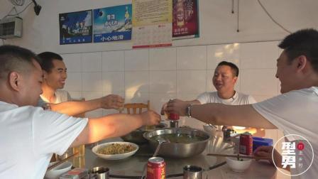 多年好友为工作聚在重庆, 吃着特色鱼, 饭桌上型男和朋友开心畅聊