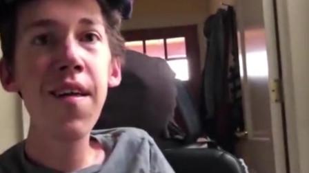 美国26岁小伙从小轮椅上长大 却获美女大学生主动追求