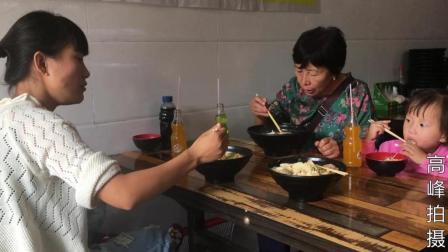 农村儿媳和婆婆去旅游, 带婆婆吃了啥美食? 婆婆说几十年第一次吃