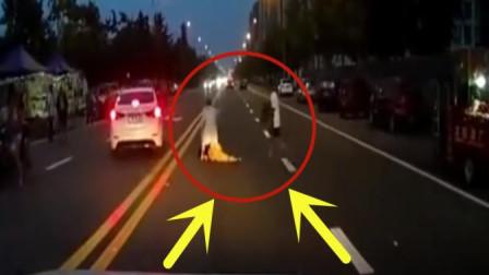 女司机傍晚开车经过夜市路段不减速, 下一秒悲剧发生了