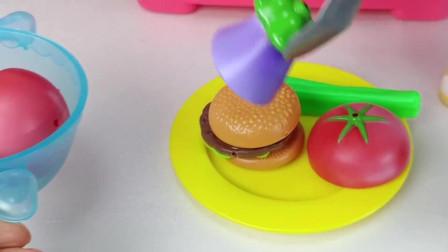 咪露做了汉堡包, 汉堡包旁边还有很多有营养的蔬菜呢