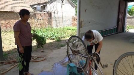 农村婆婆没时间修车, 儿媳瞒着婆婆修理修理, 刚巧碰到婆婆看见