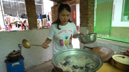 公婆下地回到家, 儿媳炖了一大锅排骨汤, 一人一碗吃哩香