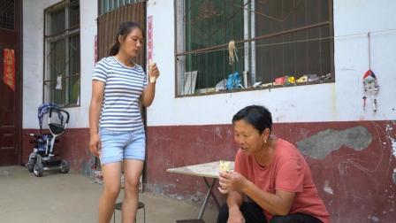 农村婆婆想吃红薯梗, 儿媳摘一把回家炒炒, 做好先让婆婆尝尝