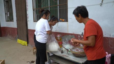 中秋节儿媳回娘家的礼物, 农村婆婆提前准备, 自家材料备了一堆
