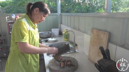 妈妈做了一道农村家常菜, 用干竹笋炖腊排骨, 一看就是色香味俱全