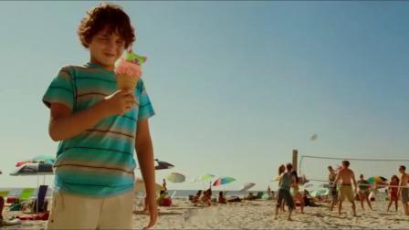沙滩美女擦了防晒油,章鱼哥在她背上都站不稳,美女倒是一脸享受