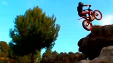 男子骑摩托车飞檐走壁, 上山爬树, 从12岁开始, 如今已有20年, 被称为车神!