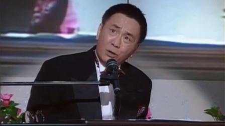 黄霑演唱会上自弹自唱这首歌, 台下很多艺人都流泪了, 太感人了!