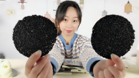 """妹子试吃""""香酥芝麻饼"""", 上面全是黑芝麻, 吃了头发会更黑吗?"""