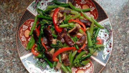 香菇素有山珍之王之称, 是具有高蛋白、低脂肪、多糖、多种氨基酸和多种维生素的菌类食物