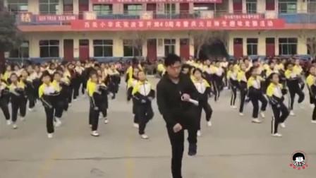 真嗨呀! 小学生跳《鬼步舞》校长C位领舞: 学校没人会, 我亲自教