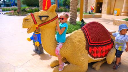 萌娃小可爱去到了一处有趣的地方玩耍! —萌娃: 这匹骆驼真漂亮!