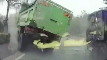 监控实拍:大卡车飞过隔离带 两行车记录仪拍下恐怖瞬间...