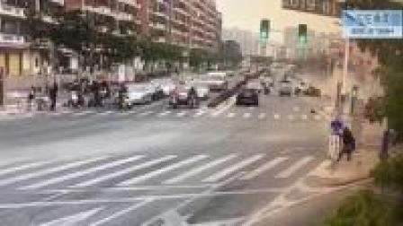监控实拍:街头飞车恐怖一幕...