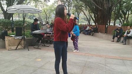 街头艺人小宇演唱《在那遥远的小山村》, 美女的歌唱水平有待提高