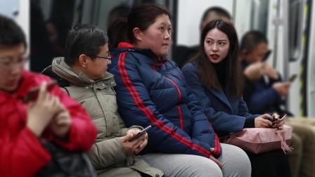 女生地铁上辱骂胖女孩,有乘客回怼:人家胖就有罪?