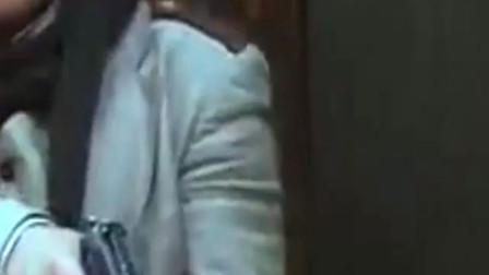鬼子特务躲在墙后面想偷袭八路, 没想到被女八路神枪手一枪爆头!