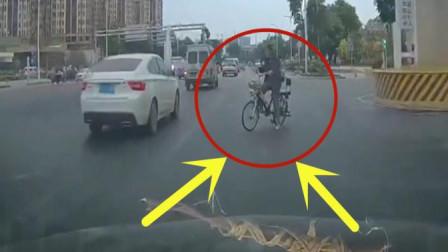 大叔闯红灯横穿在马路中央, 记录仪拍下这荒唐的画面