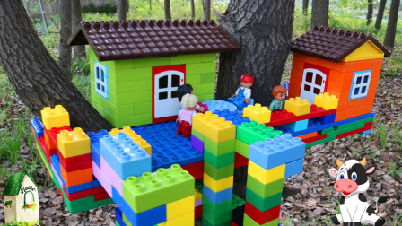 用积木在大树上建一个小屋