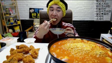 大胃王奔驰哥吃芝士香肠泡面和炸鸡, 还得再追加点拌饭